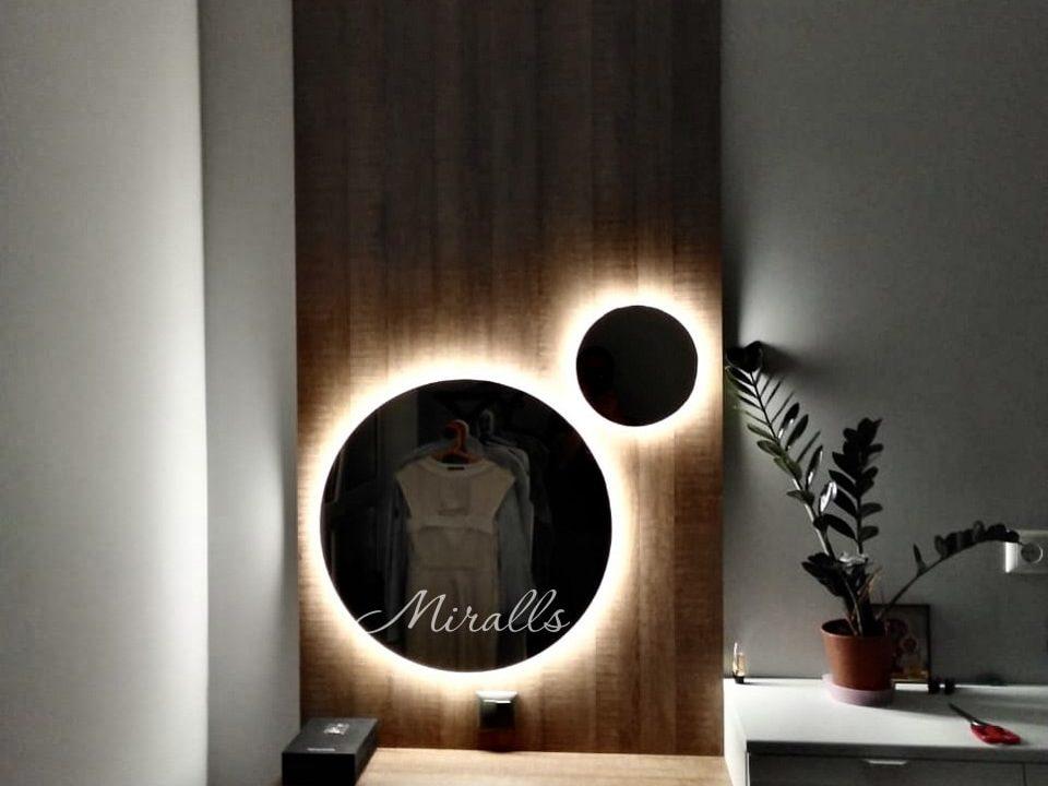 Круглое зеркало с подсветкой Eclipse в спальне