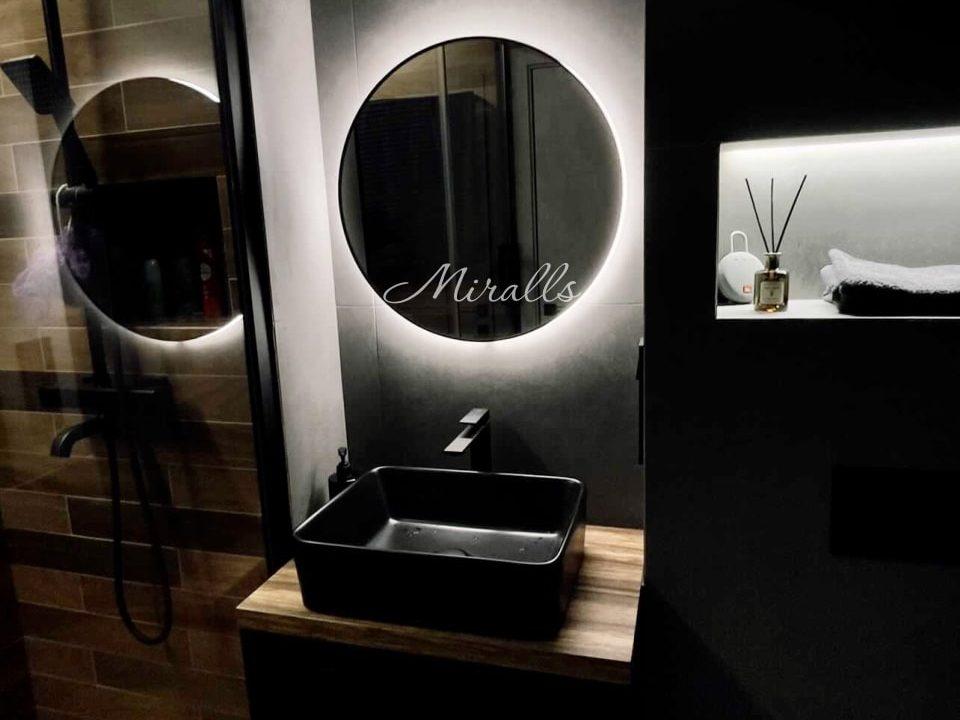 Круглое зеркало с подсветкой Eclipse в ванне