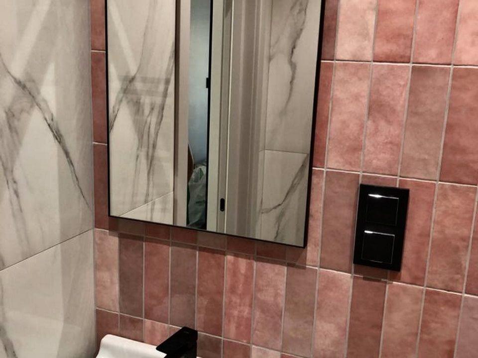 Прямоугольное зеркало без подсветки Brams в ванне