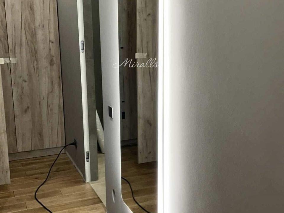 Прямоугольное зеркало с подсветкой Lux в прихожей