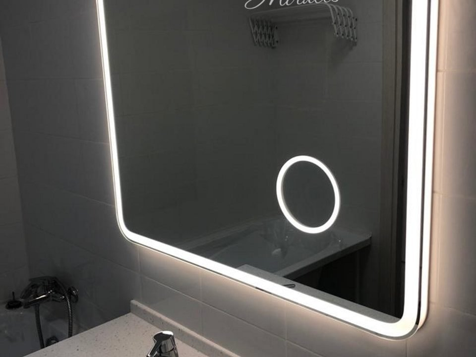 Прямоугольное зеркало с подсветкой Camelia в ванне