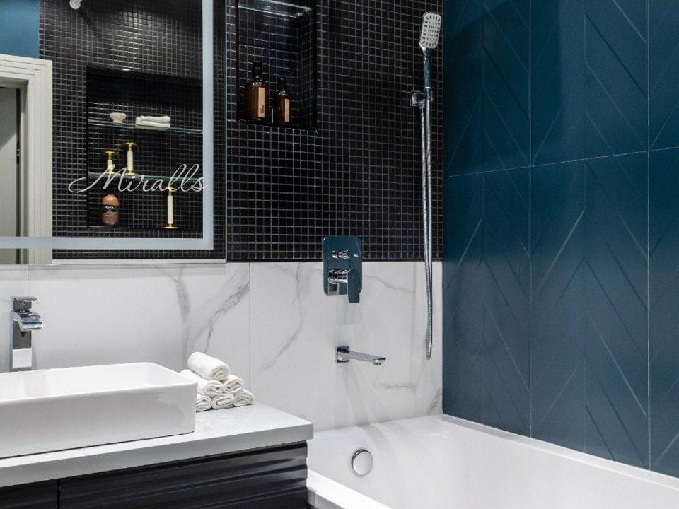 Прямоугольное зеркало с подсветкой Edging в ванне