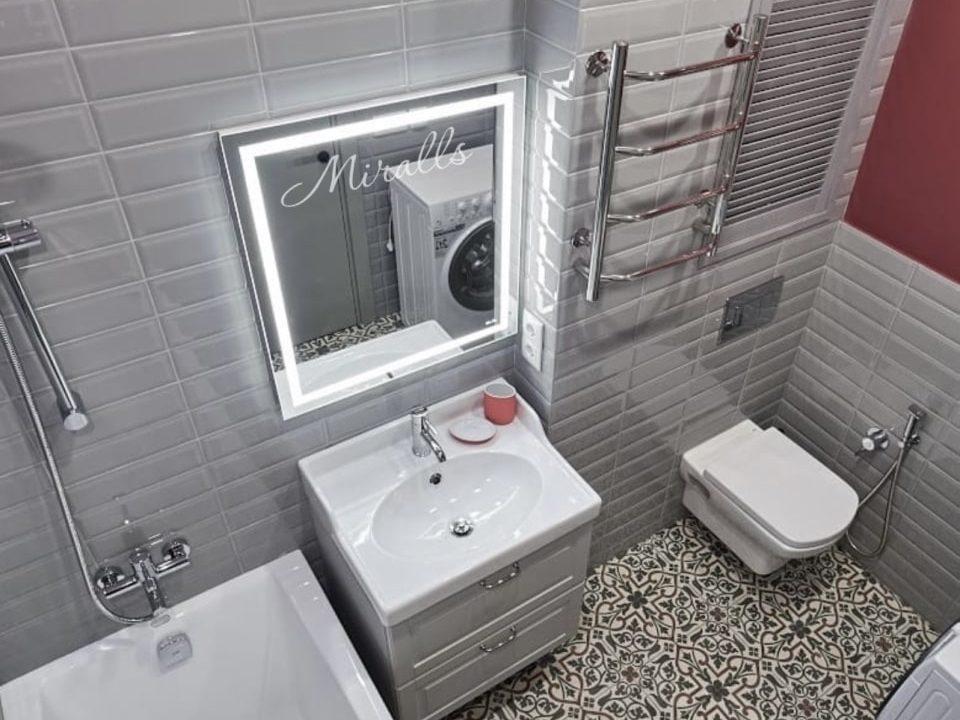 Прямоугольное зеркало с подсветкой Millennium в ванне