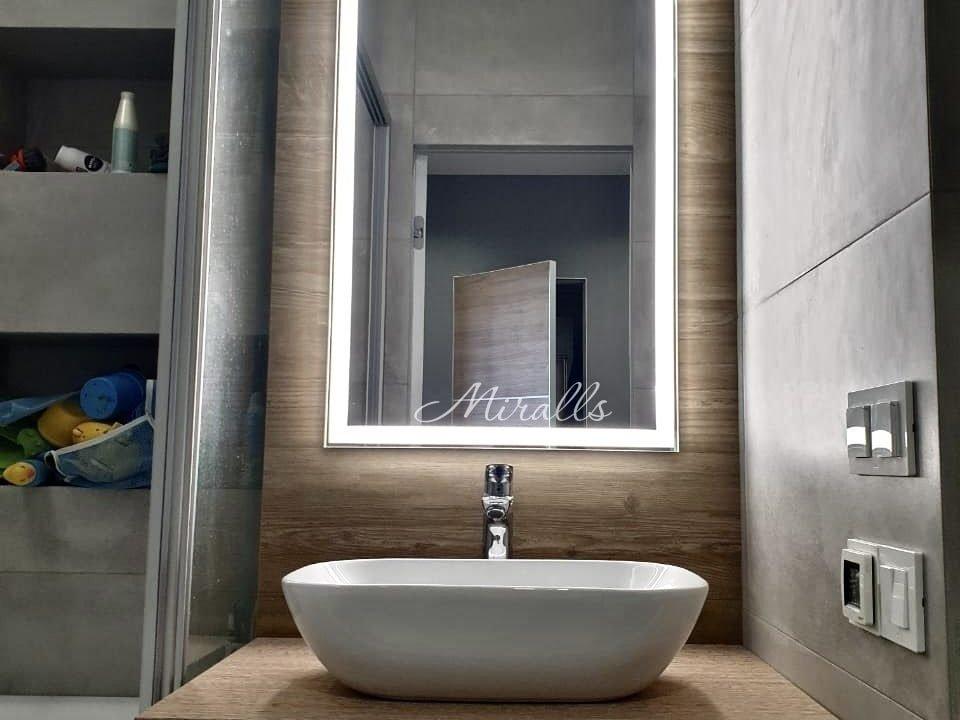 Прямоугольное зеркало с подсветкой Murano Extra в ванне