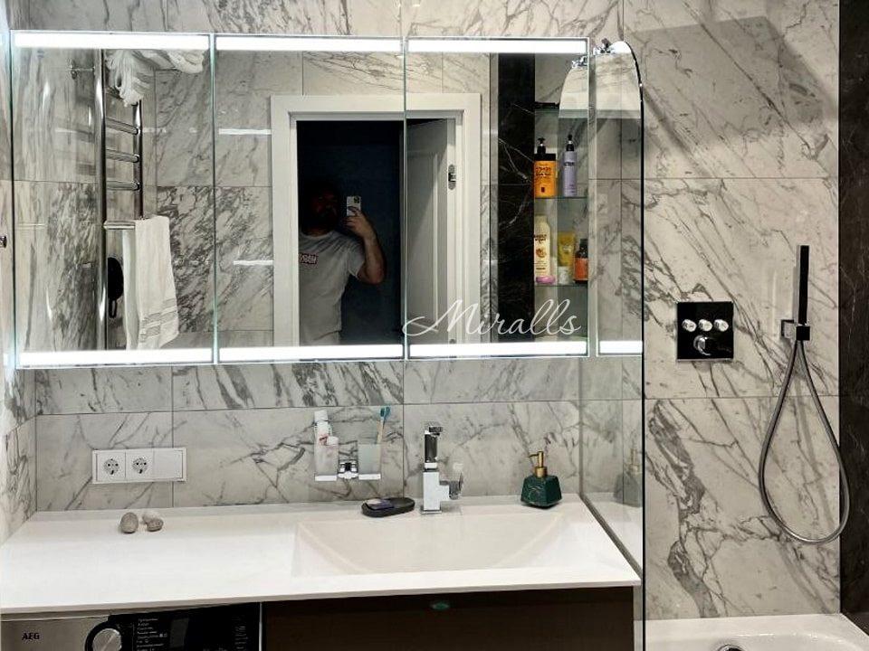 Зеркальный шкаф Amador в ванне