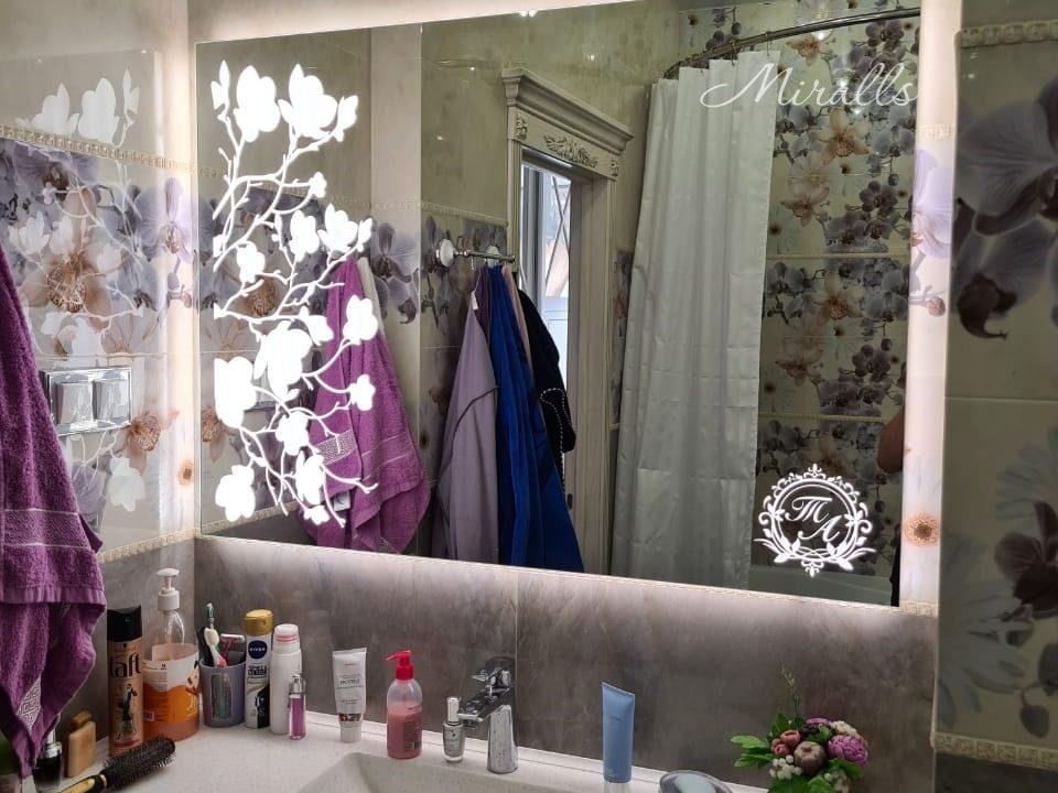 Зеркало Flowers с подсветкой в ванне