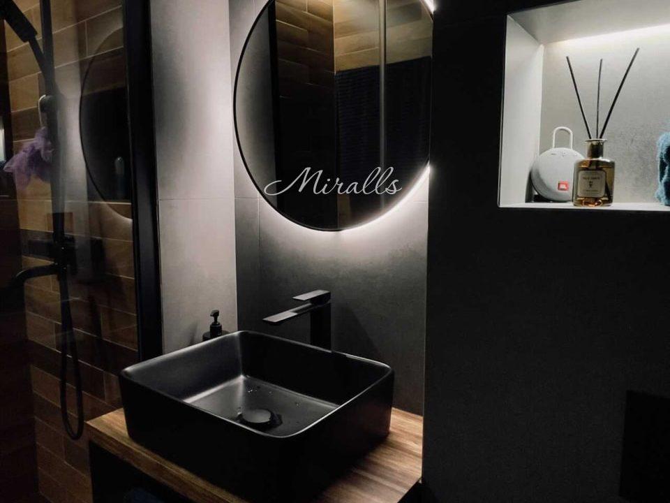 Зеркало Medea Extra в ванной комнате