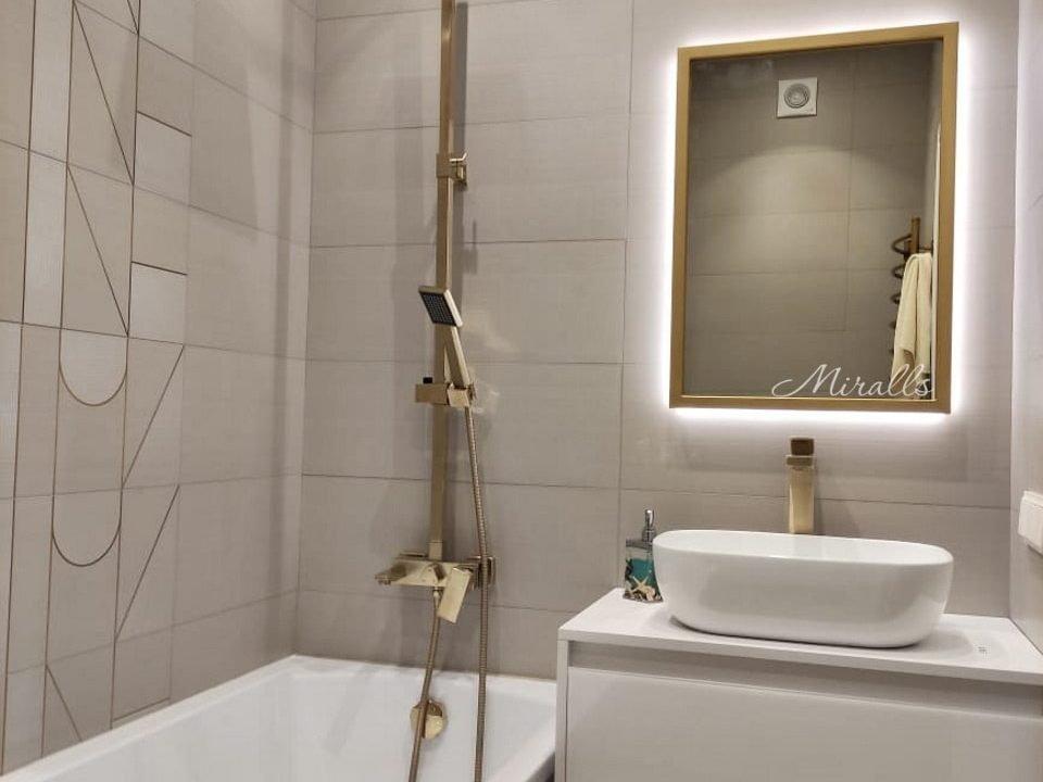 Зеркало с подсветкой Bruno в ванной