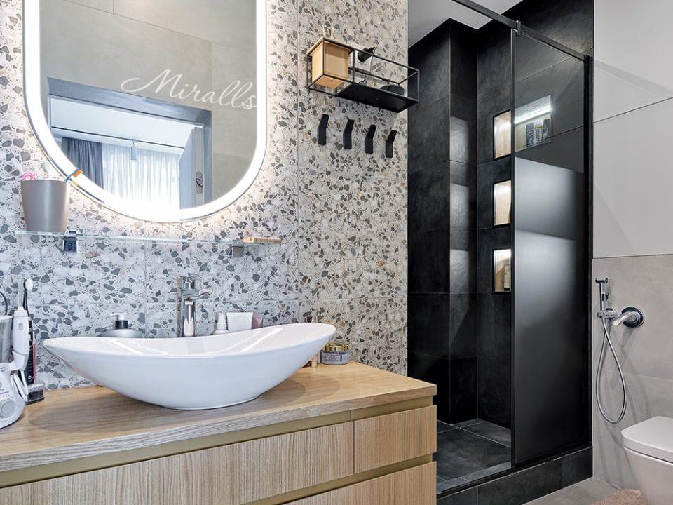 Зеркало капсульной формы Aura в ванне