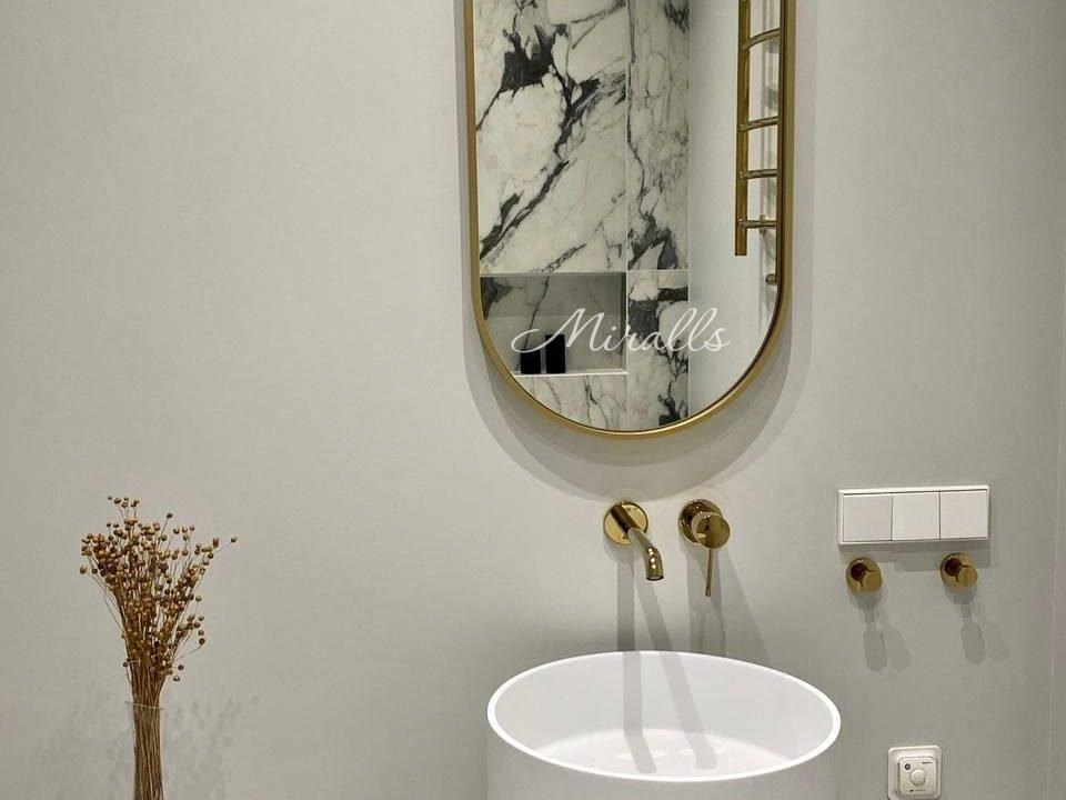 Зеркало капсульной формы Barbara в ванне