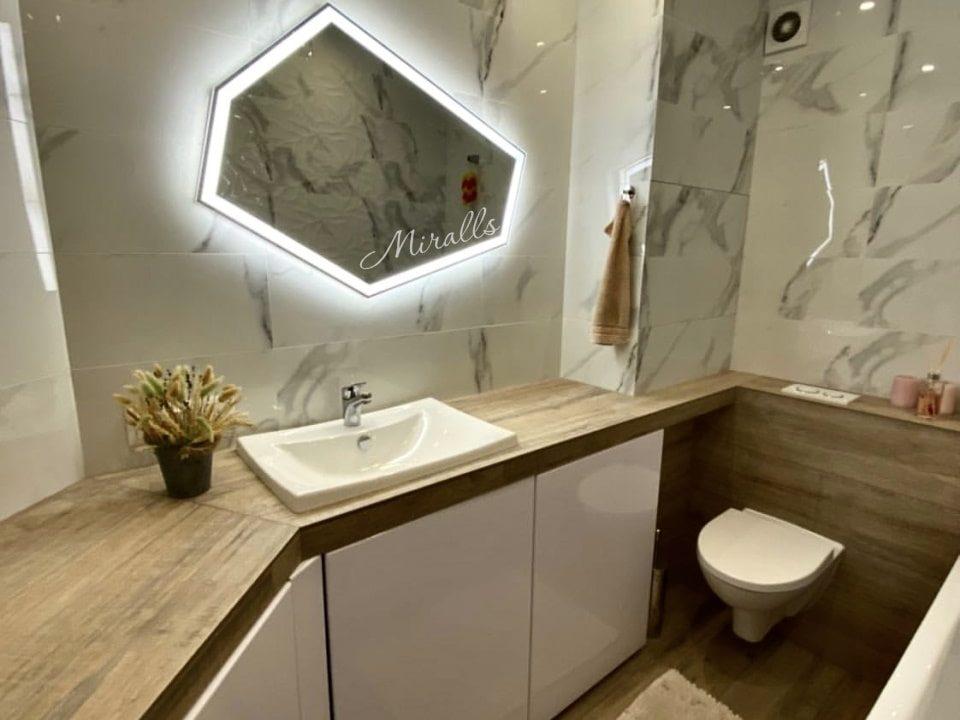Зеркало с интерьерной и фронтальной подсветкой Iceberg Plus в ванне