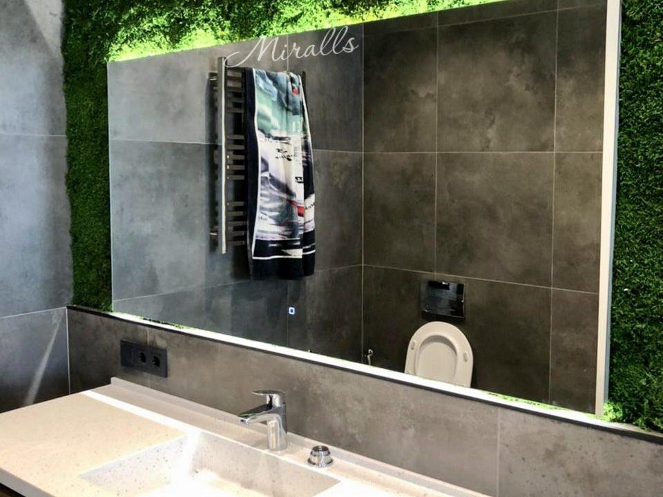 Зеркало с подсветкой Valerya в ванной комнате