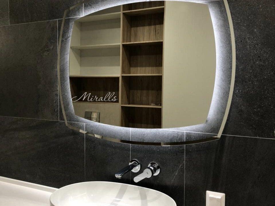 Зеркало с подсветкой Dolce в ванне