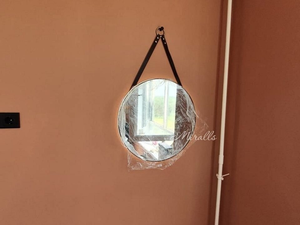 Зеркало с подсветкой на ремне Melania в комнате