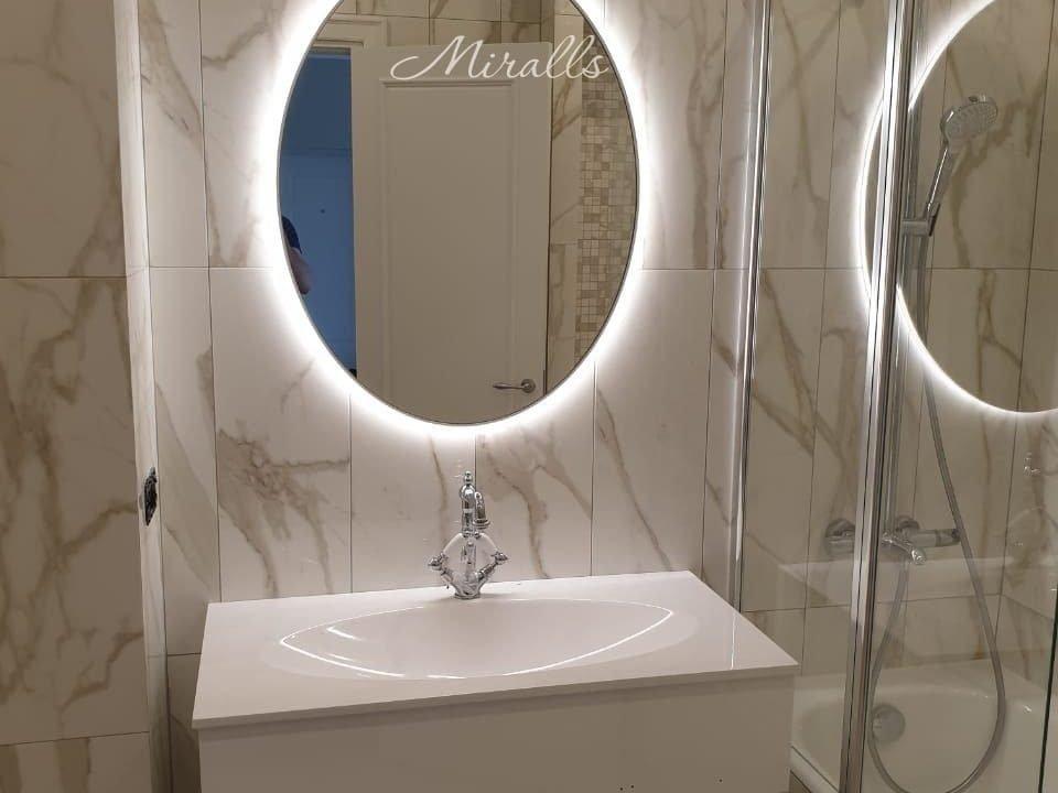 Овальное зеркало Silvia Extra в ванне