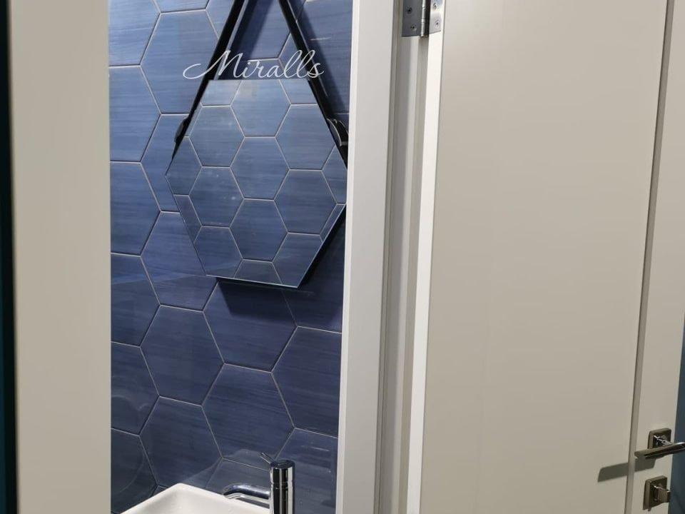 В ванной комнате зеркало на ремне Tau