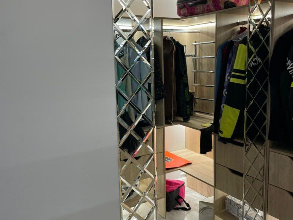 Зеркальное панно Lira в гардеробной