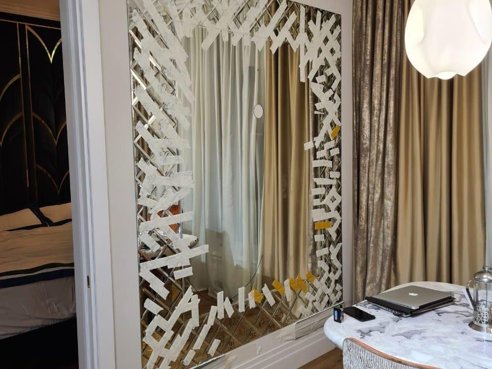Зеркальное панно Lira в комнате