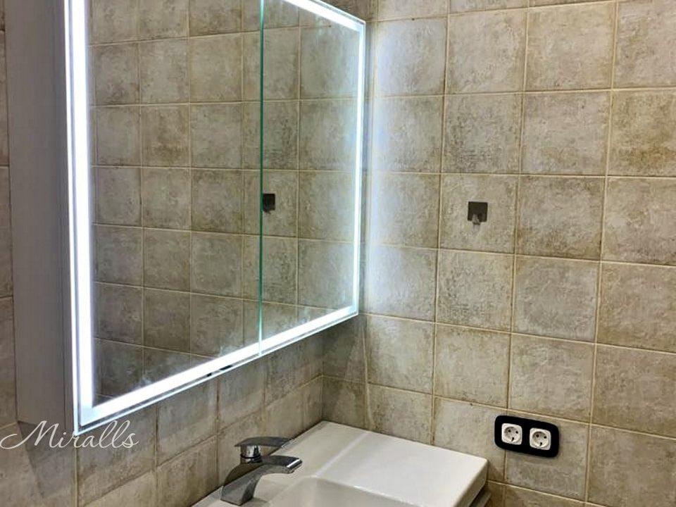 Зеркальный шкаф с подсветкой в ванной Aksent