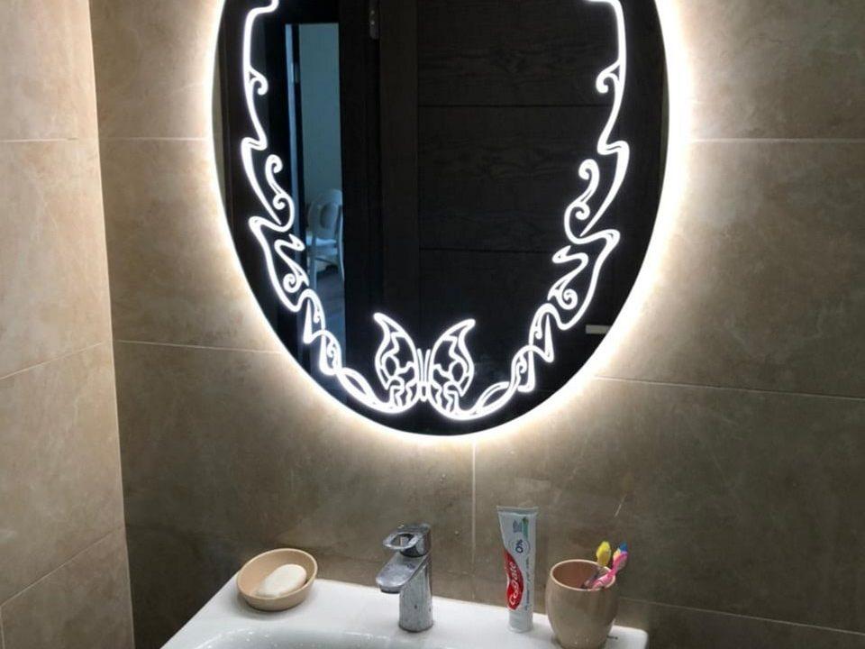 Зеркало с рисунком Vanessa в ванне