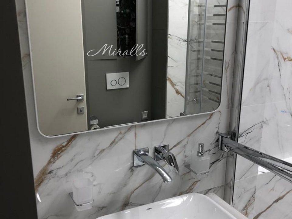 Зеркало со скругленными углами Maison в ванне