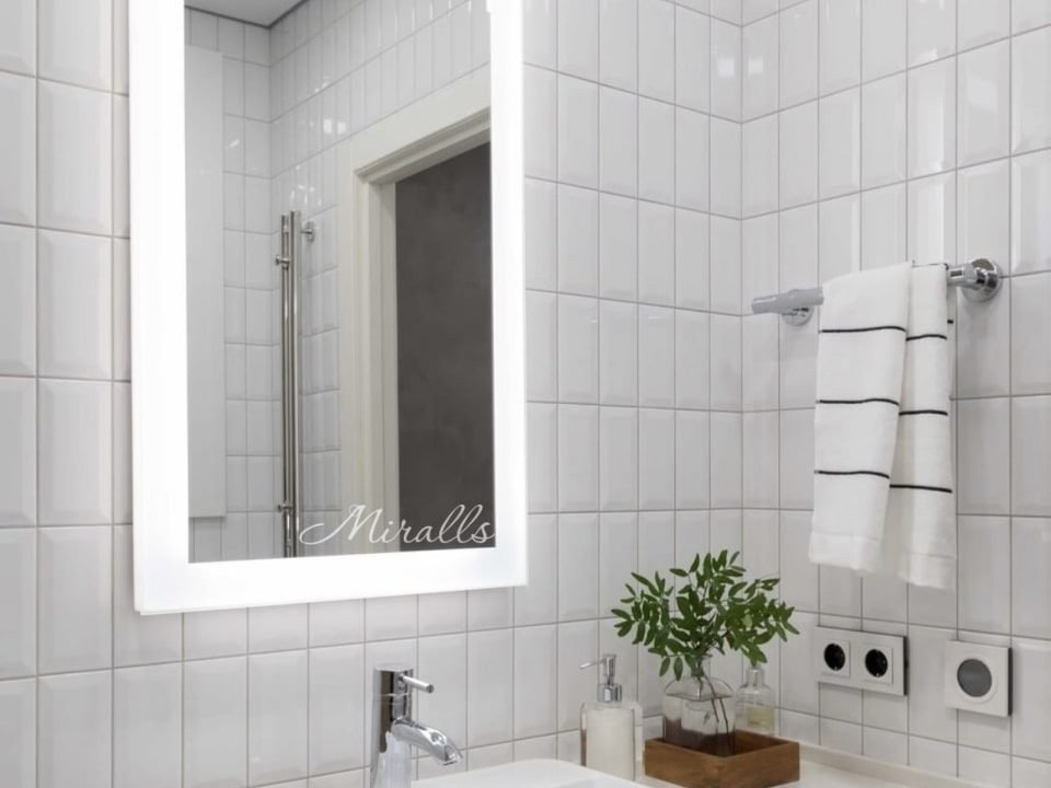Прямоугольное зеркало Modern с подсветкой в ванной комнате